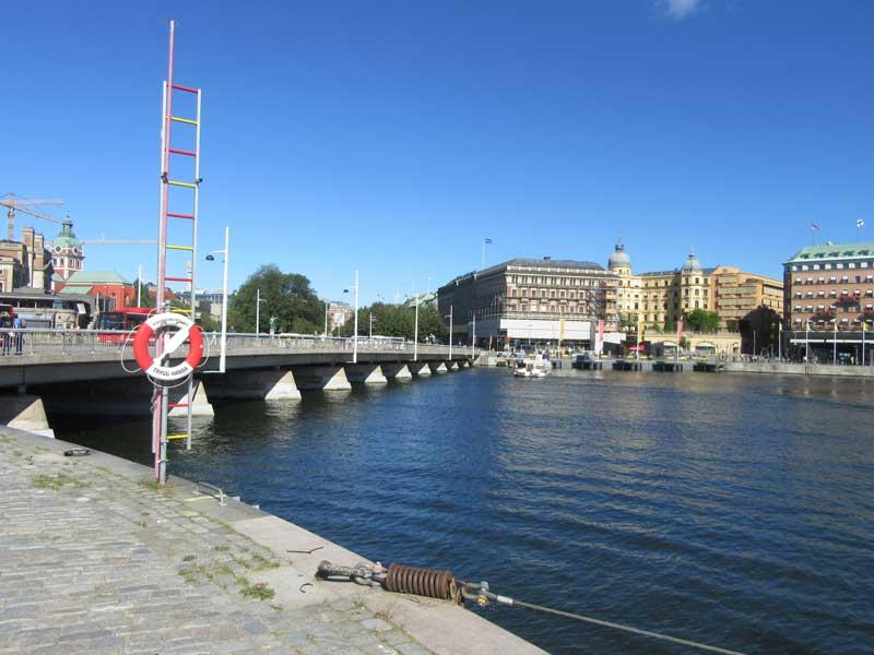 پلی که از روی آن عبور کردیم تا به باغ سلطنتی استکهلم برسیم