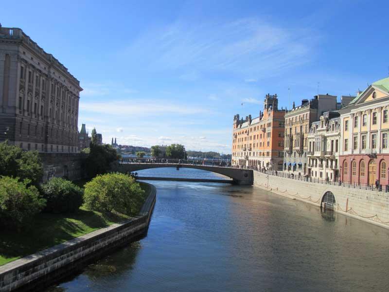 پارلمان سوئد و کانال آب کنار آن