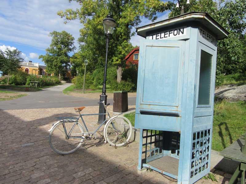 تلفن عمومی و دوچرخه قدیمی در اسکانسن