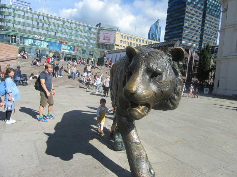 مجسمه نمادین ببر در جلوی ایستگاه قطار مرکزی اسلو