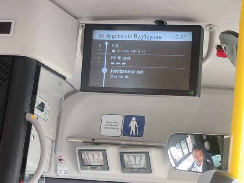 ال سی دی نمایشگر در اتوبوس که رسیدن به ایستگاه Jernbanetorget (در کنار ایستگاه قطار مرکزی اسلو) را نمایش می دهد.