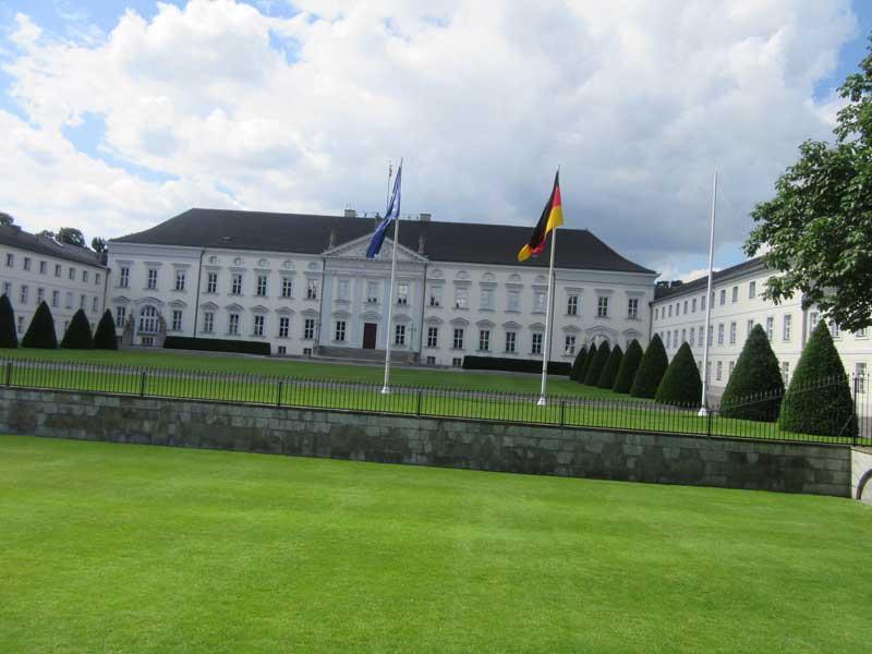 محل اقامت صدراعظم آلمان که رو به روی پارلمان آلمان واقع شده است