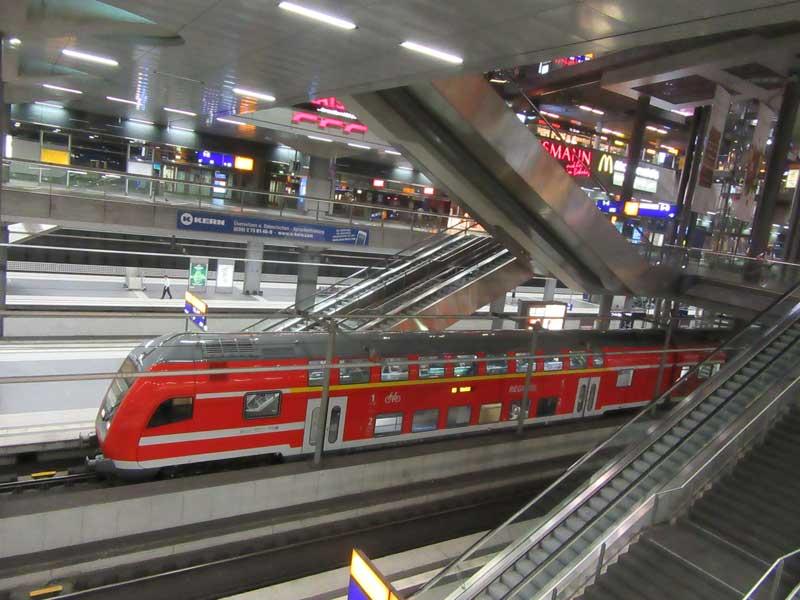 قطار در حال عبور از طبقه پایین ایستگاه قطار هاپتباهوف