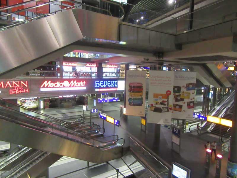 نماییی از داخل ایستگاه قطار مرکزی (هاپتبانهوف) شهر برلین