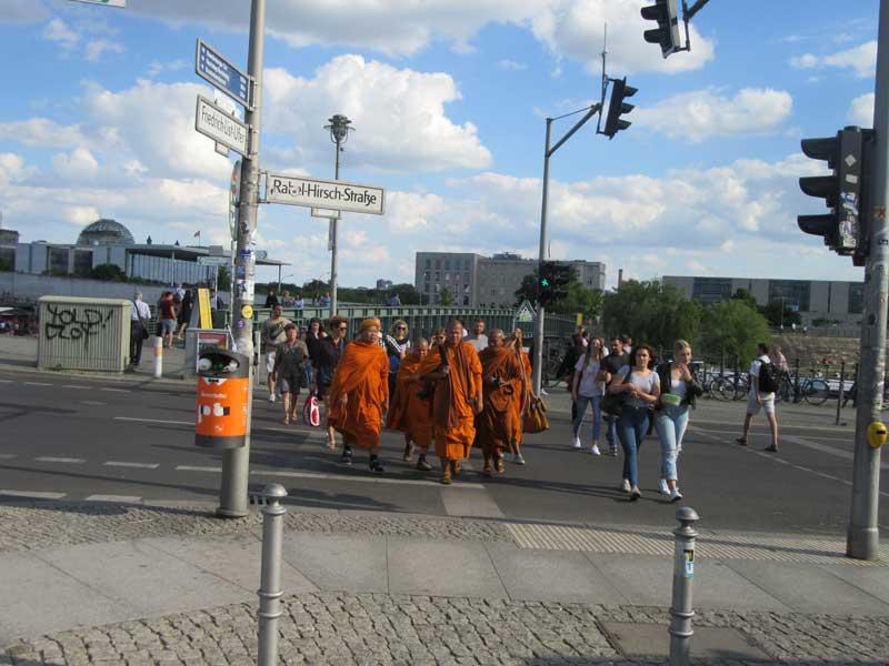 پل بر روی رودخانه اشپری منتهی به پارلمان آلمان - راهبه های توریست در حال بازگشت