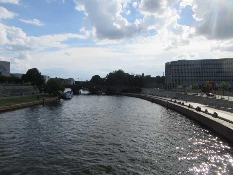 نمایی از رودخانه اشپری برلین از روی پل